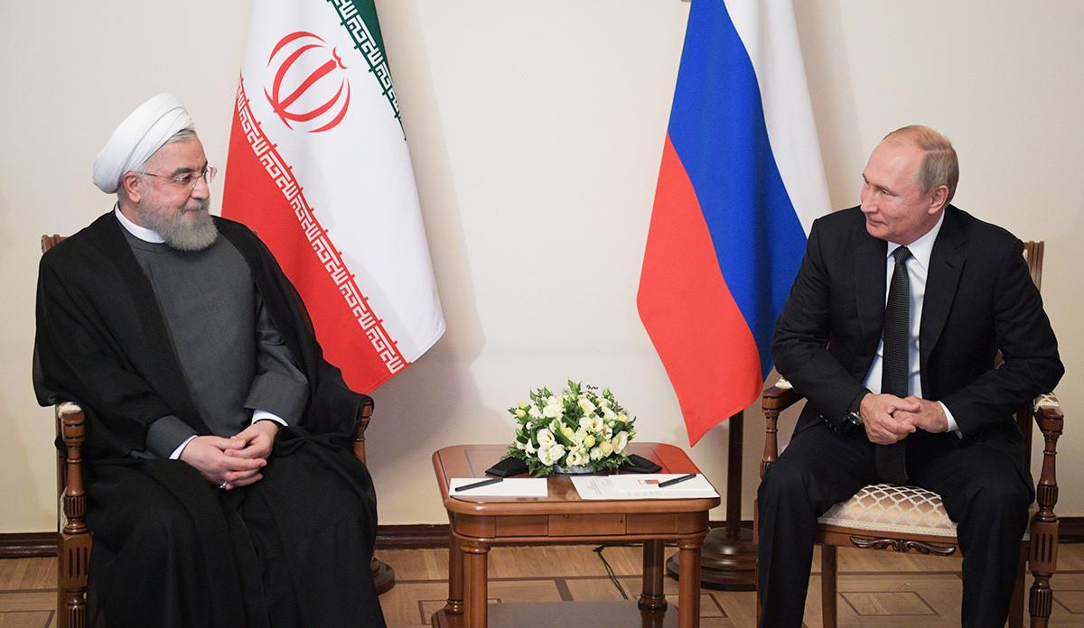 Presiden Rusia Vladimir Putin berbicara dengan Presiden Iran Hassan Rouhani dalam pertemuan Dewan Ekonomi Tertinggi Eurasia di Yerevan pada 1 Oktober 2019.