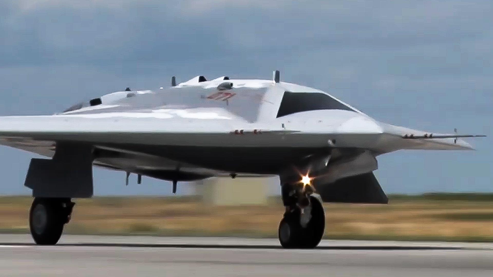 """Први лет најновије беспилотне летелице """"Охотник"""" која треба да постане први тешки дрон са јуришним функцијама у Оружаним снагама РФ."""