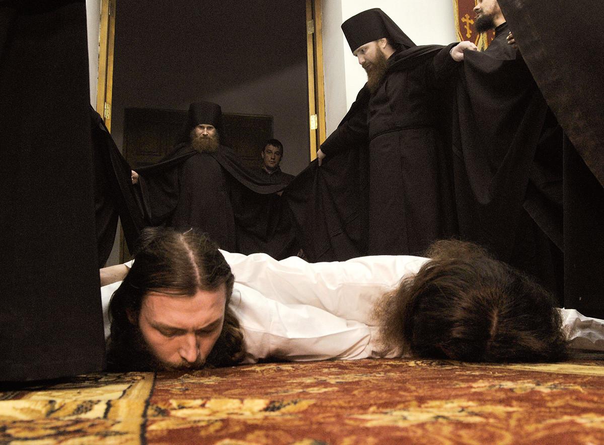 Ritual pemotongan rambut dari lima biksu baru di biara Seraphim-Sarov di desa Novomakarovo, distrik Gribanovsky, wilayah Voronezh. Pemotongan rambut berlangsung setahun sekali selama Prapaskah.
