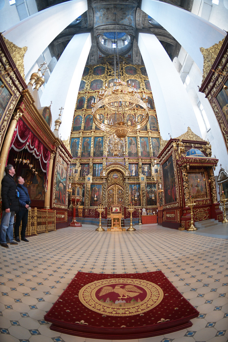 Bagian dalam Katedral Trinity di Kremlin Pskov.
