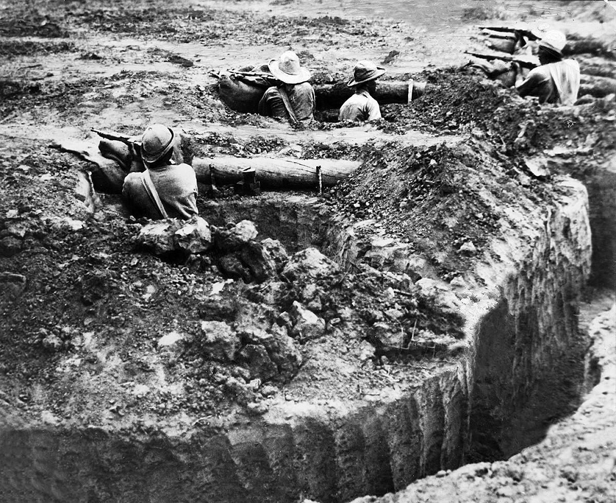 Paraguayische Soldaten im Schützengraben, 1933