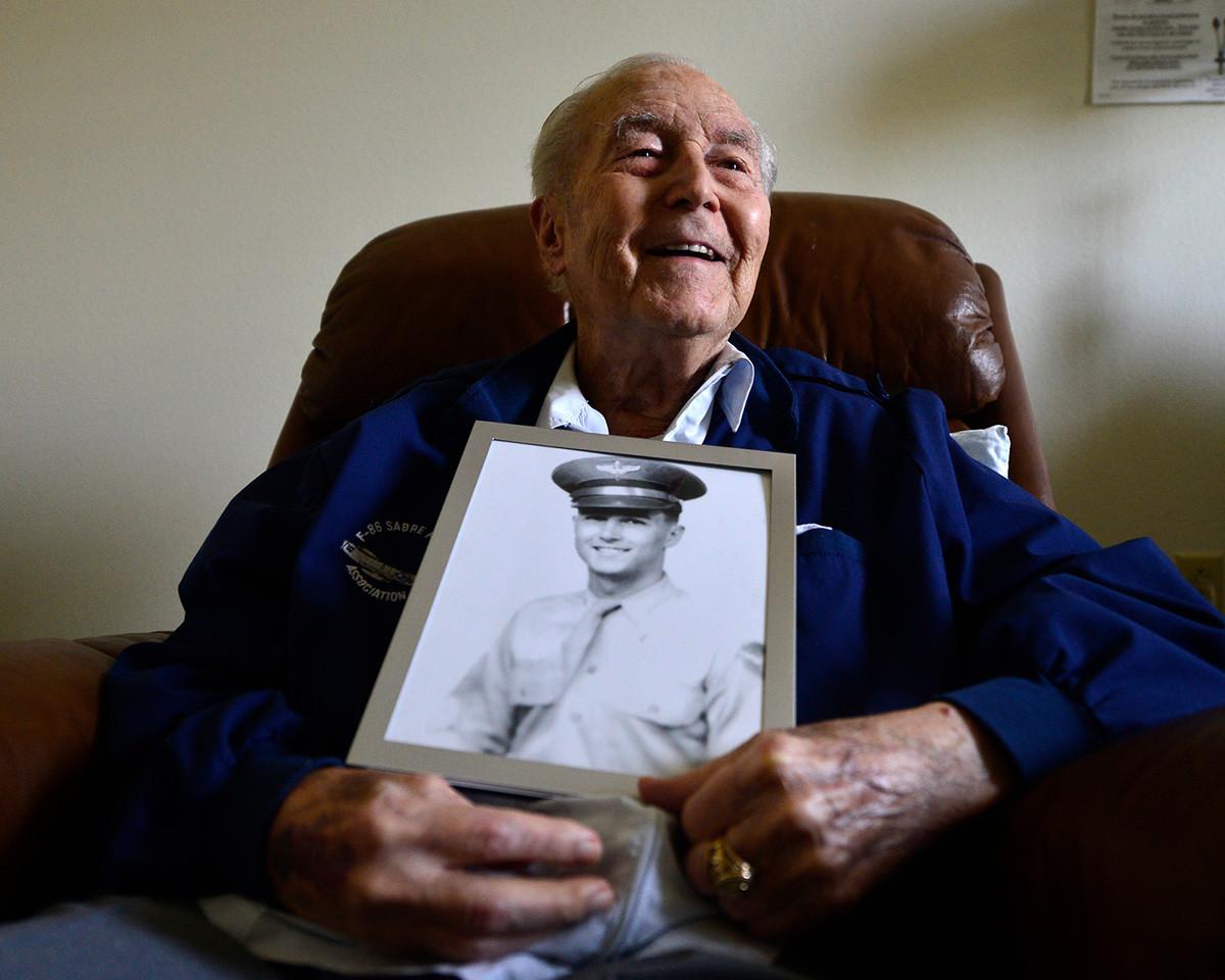 Upokojeni pilot Ralph Parr drži v rokah lastni portret.