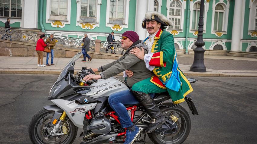 Pedro el Grande en la plaza del Palacio con un turista holandés. San Petersburgo.
