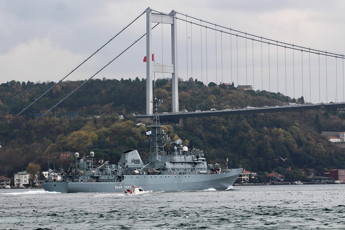 """Набљудувачкиот брод на Воената морнарица на Русија """"Иван Хурс"""" впловува во Босфорот на пат за Средоземното море. Истанбул, Турција, 29 ноември 2019 година."""