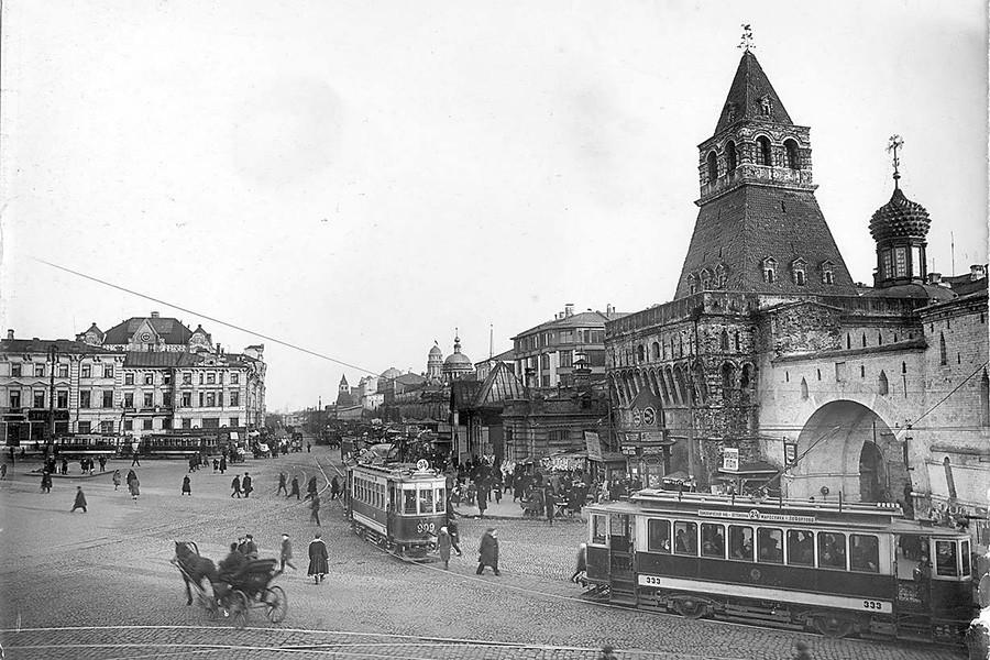 Владимирские ворота Китай-города и Лубянская площадь