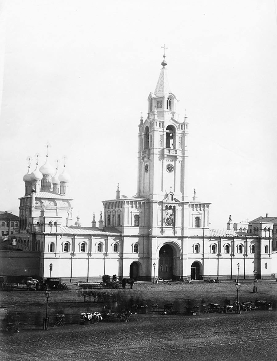 Надвратная церковь и собор Страстной иконы Божией Матери Страстного монастыря