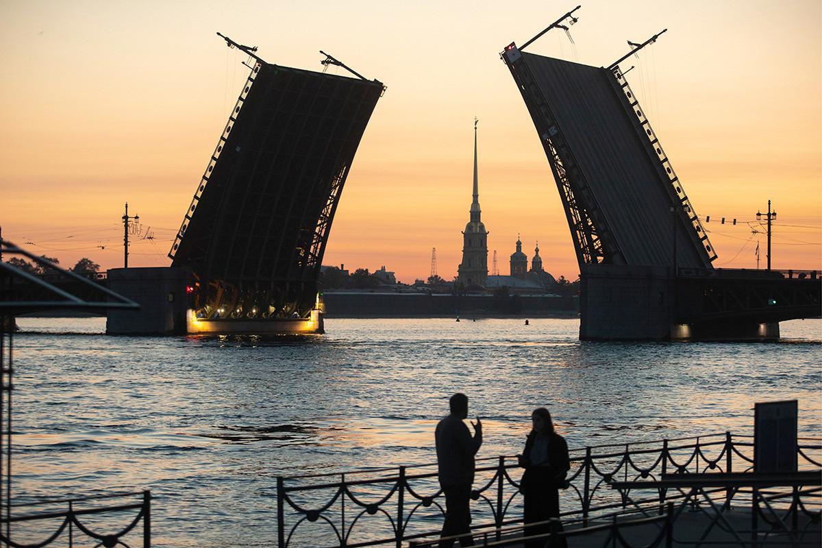 Дворцовият мост над Нева с Петропваловската крепост на заден план по изгрев, Санкт Петербург, 16 юли 2019 г.