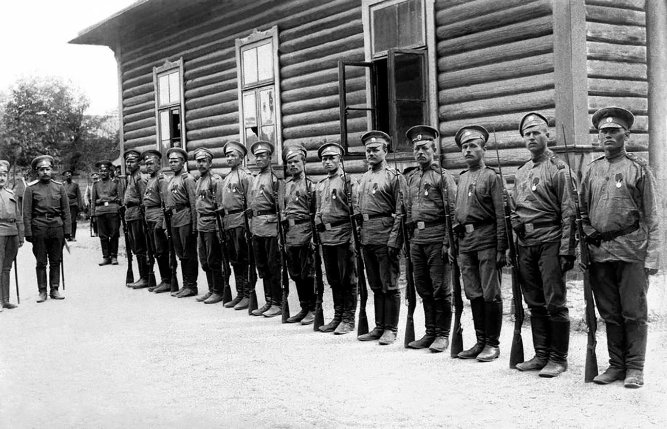 Солдаты русской армии после награждения Георгиевским крестом за смелость и доблесть.