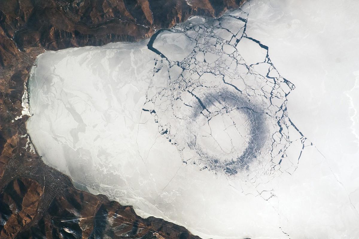 Lingkaran di es tipis, Danau Baikal, Rusia.
