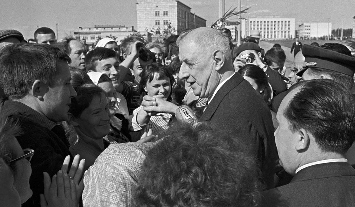 Presiden Prancis Charles de Gaulle berbicara kepada warga di jalan-jalan Akademgorodok, Novosibirsk, Uni Soviet, 23 Juni 1966.