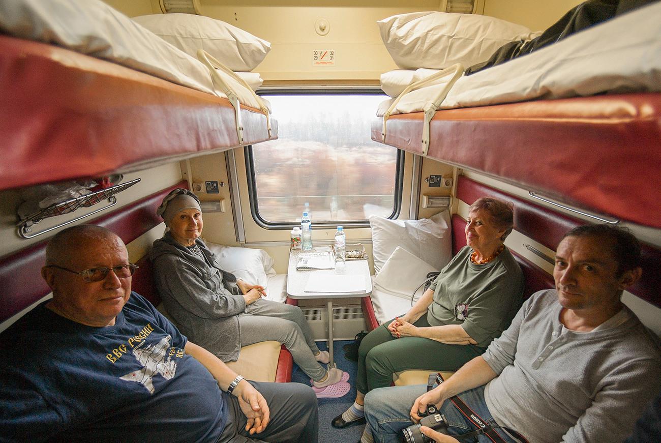 """Путници у возу """"Таврија"""" који саобраћа на релацији Санкт Петербург – Севастопољ. Овај воз је први прешао преко Кримског моста и обновио железнички саобраћај између Крима и остатка Русије који је прекинут 2014. године"""