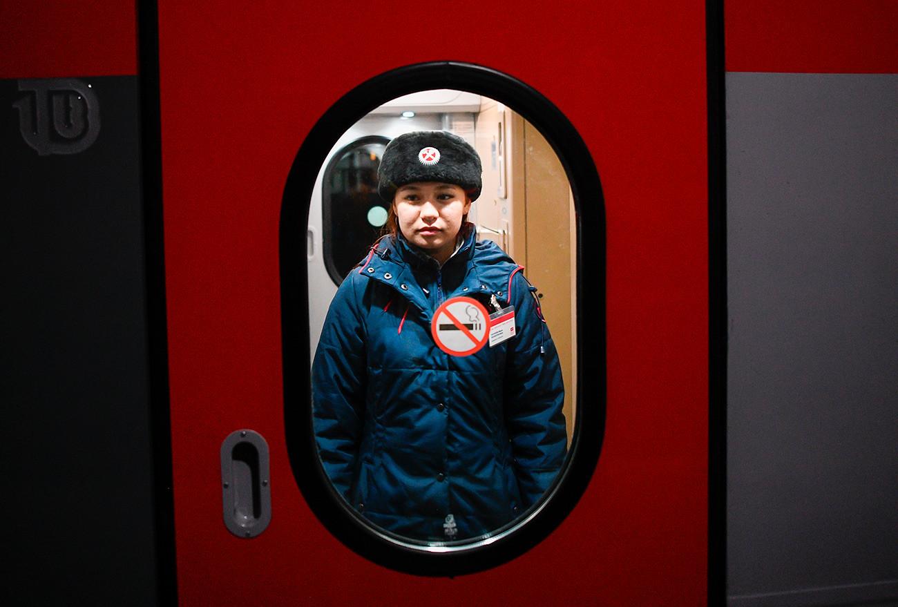 """Стјуардеса у предворју вагона модернизованог воза бр. 71/72 """"Белогорје""""."""