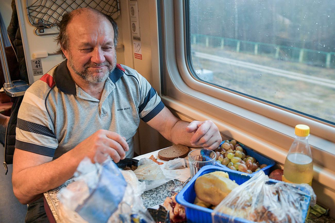 """Путник руча у возу """"Таврија"""", који саобраћа на релацији Санкт Петербург - Севастопољ. Овај воз је први прешао преко Кримског моста и обновио железнички саобраћај између Крима и остатка Русије који је прекинут 2014. године"""