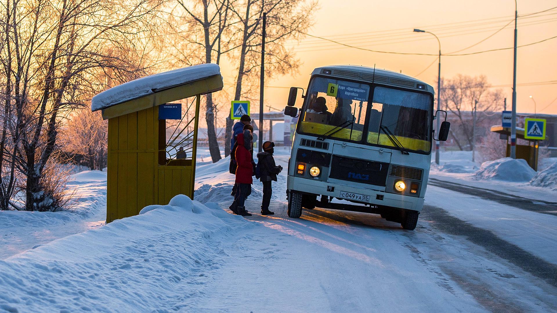 Setelah berkendara melewati empat halte bus, yang sempat Vanya katakan kepada Natalya adalah dia bersekolah di sekolah setempat, tinggal bersama ibunya, dan ayahnya telah meninggal.
