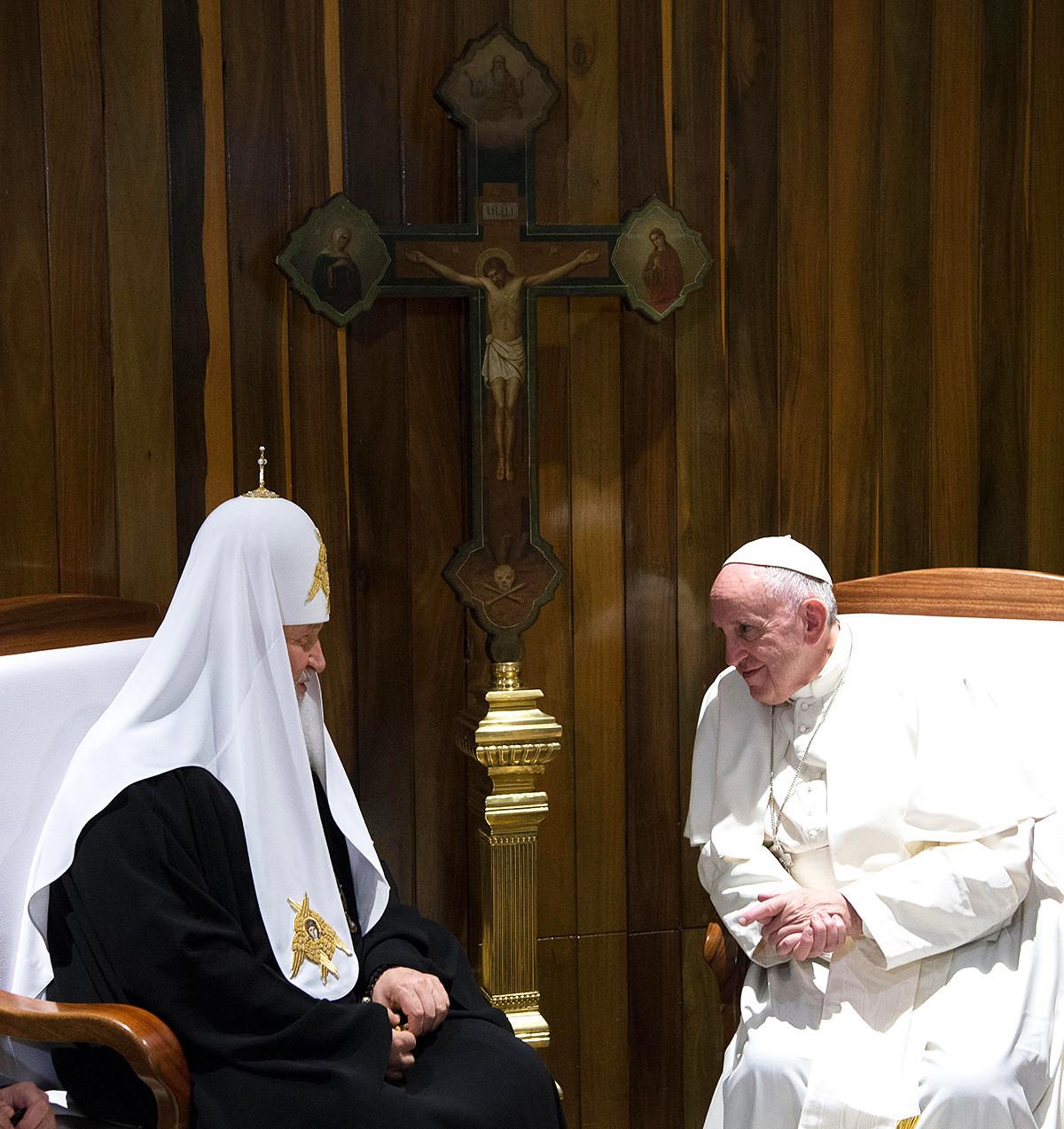 O Patriarca Kirill de Moscou e Toda a Rússia (esq.) e seu equivalente na Igreja Católica, o Papa Francisco (dir.) em uma reunião em Havana, em 2016.