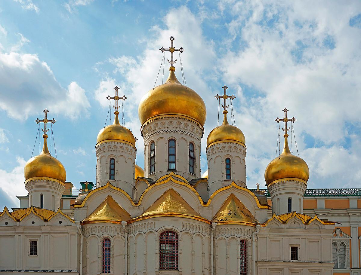 Cúpulas da Catedral da Anunciação no Kremlin de Moscou.