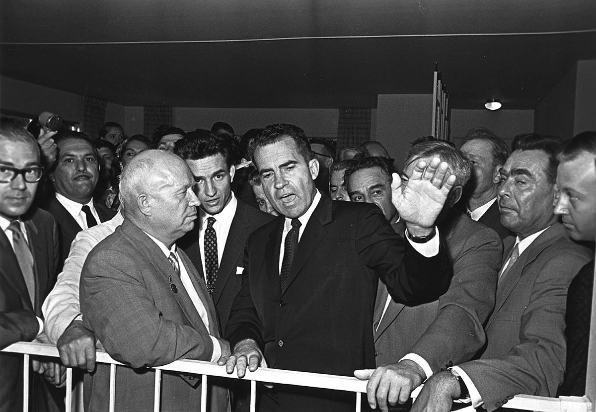 Il leader sovietico Nikita Khrushchev (a sinistra) e il vicepresidente degli Stati Uniti Richard Nixon all'apertura dell'esposizione commerciale e tecnologica statunitense a Mosca, 1959; (si intravede anche Leonid Breznev, secondo da destra)