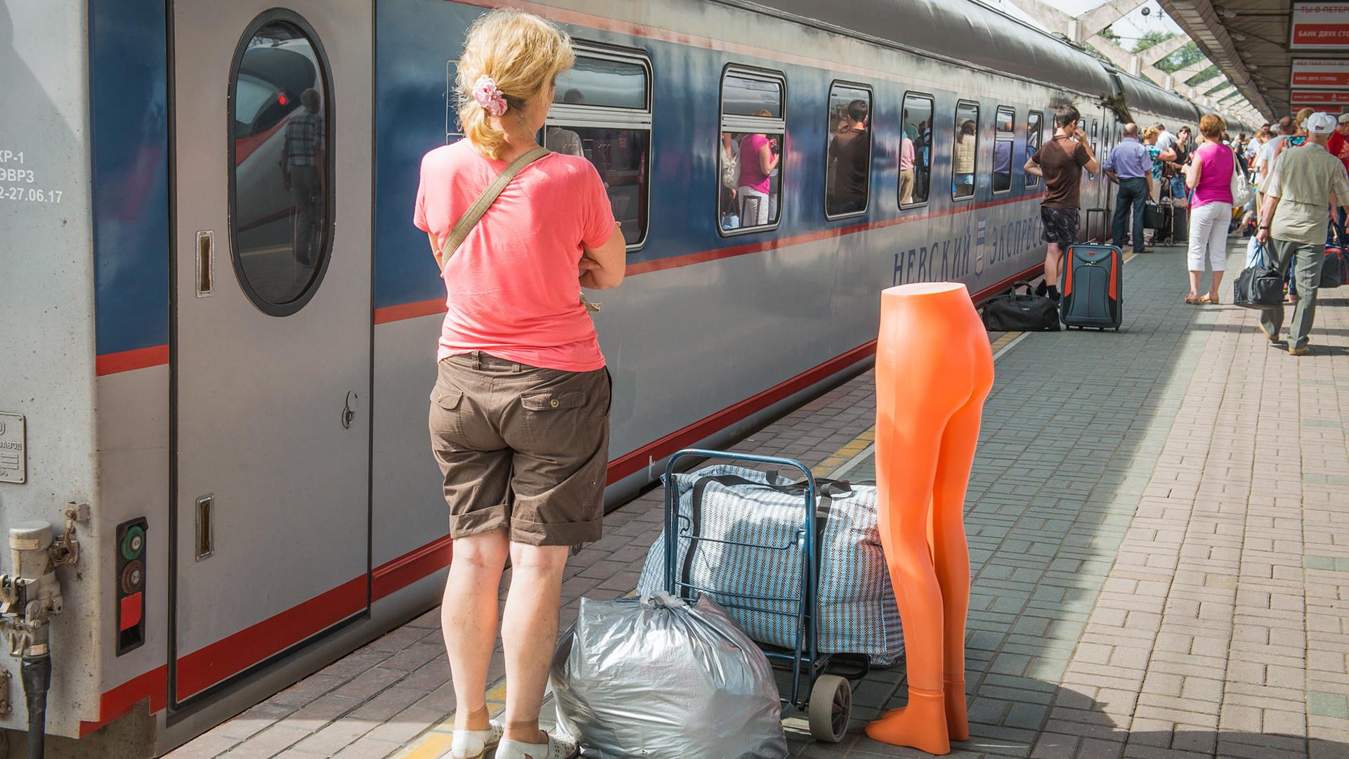 Žena s prtljagom na peronu željezničke stanice u Moskvi, Rusija.