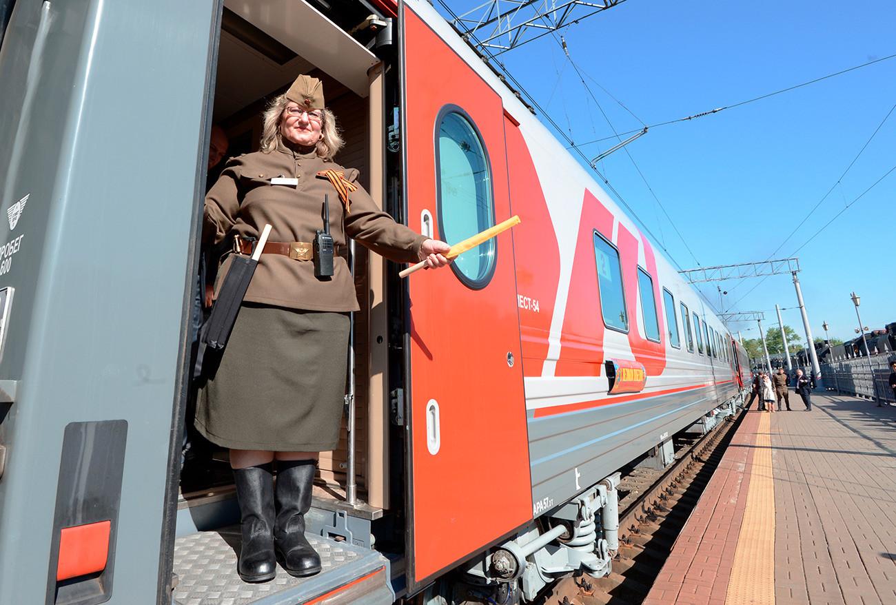 Stjuardesa u vagonu prije polaska retro-vlaka