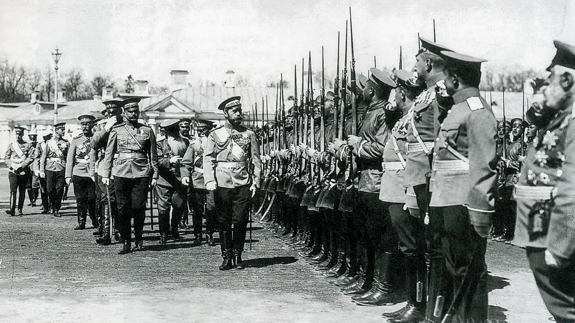 Николай II обходит строй солдат Измайловского полка.