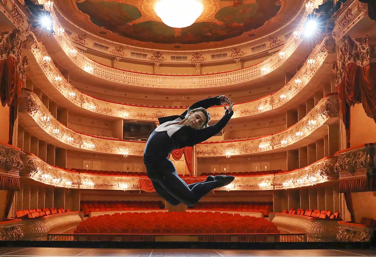 Glavni plesalec Mihajlovsega baleta Ivan Vasiljev med vajami v Mihajlovskem gledališču.