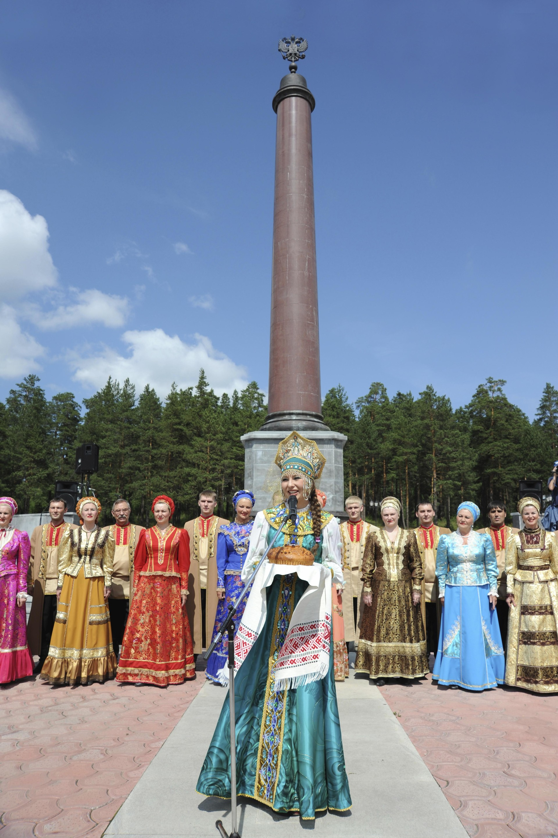 Pertunjukan seni di depan tugu yang menandai perbatasan Eropa dan Asia, di Ekaterinburg, Rusia.
