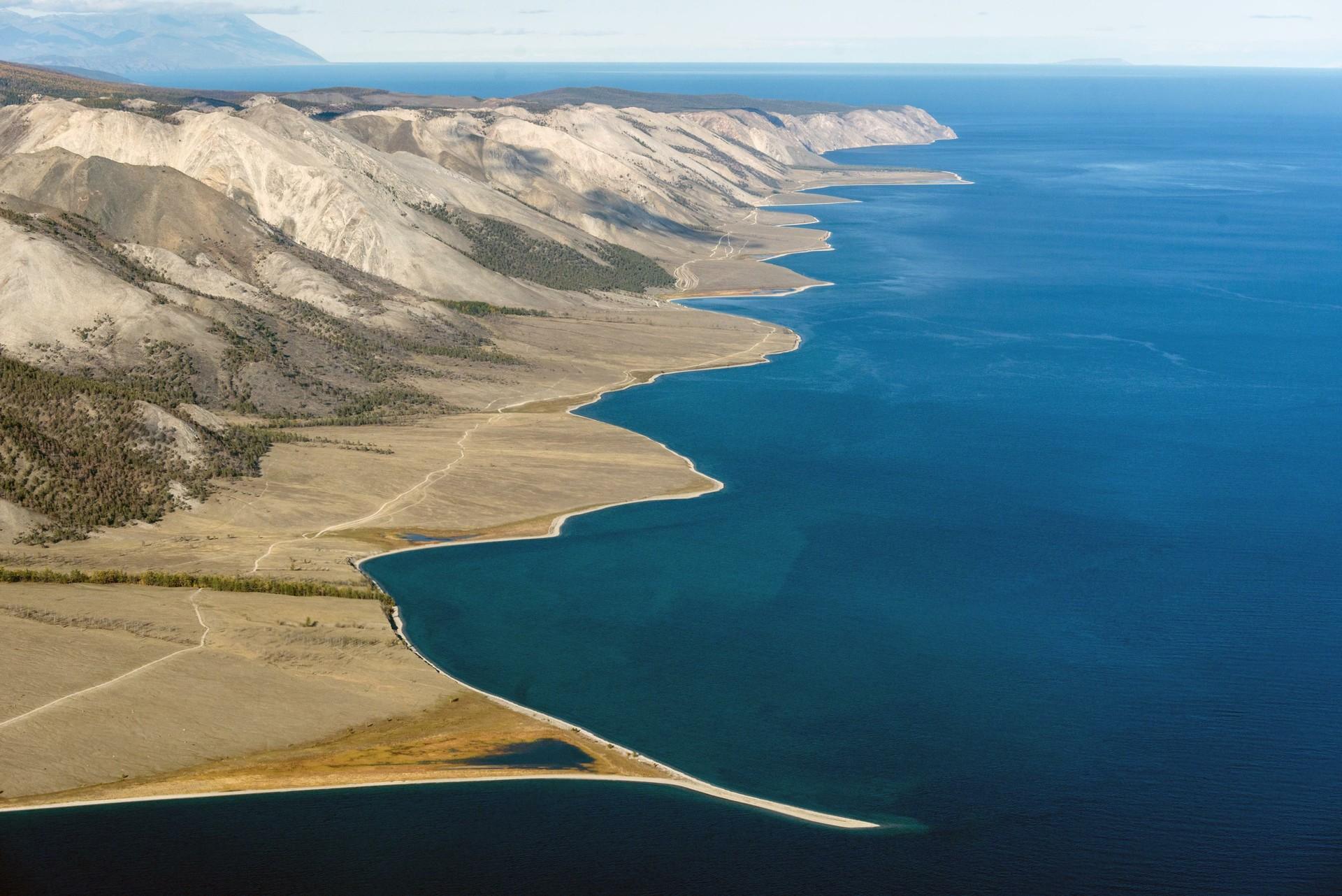 Pemandangan Danau Baikal dari atas.