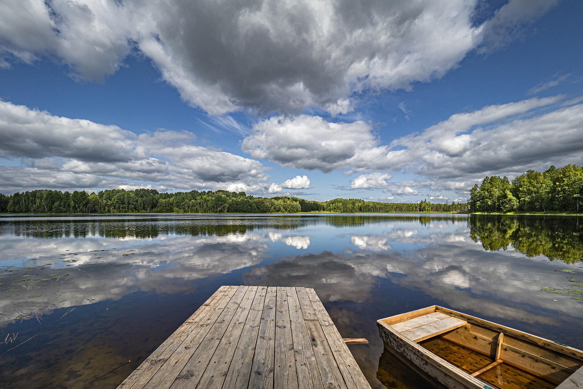 Sebuah perahu kayu di tepi danau di Arkhangelskaya oblast.