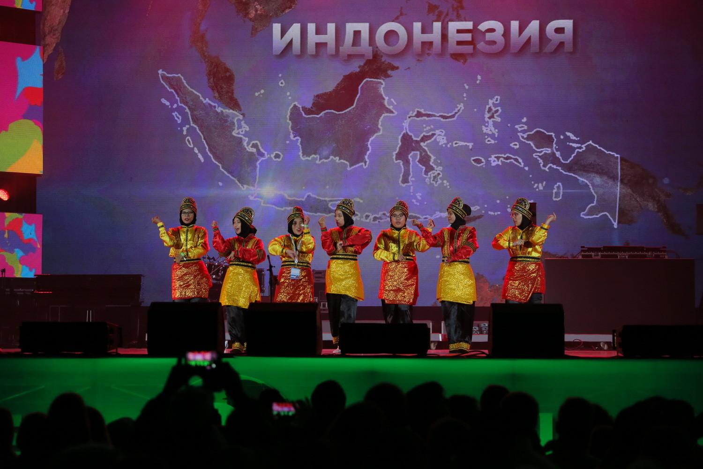 Pemuda Indonesia menampilkan Tari Saman pada Malam Budaya selama Festival Pemuda dan Pelajar Sedunia (WFYS) XIX di Sochi, Rusia, 14 – 22 Oktober 2017.