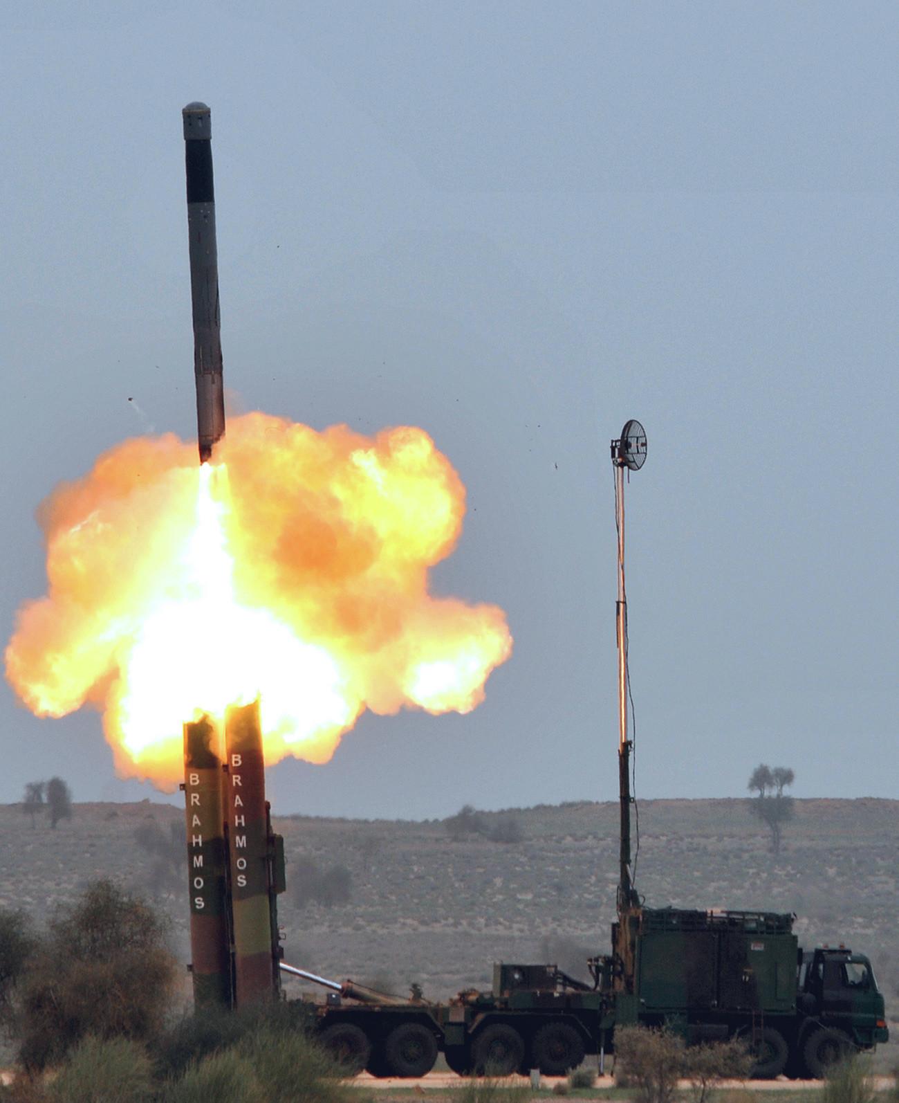 """Ову фотографију је објавио информативни биро индијске штампе 4. марта 2012. године. Индијска армија на непознатом месту демонстрира лансирање ракете """"Брамос"""", 4. март 2012. године."""