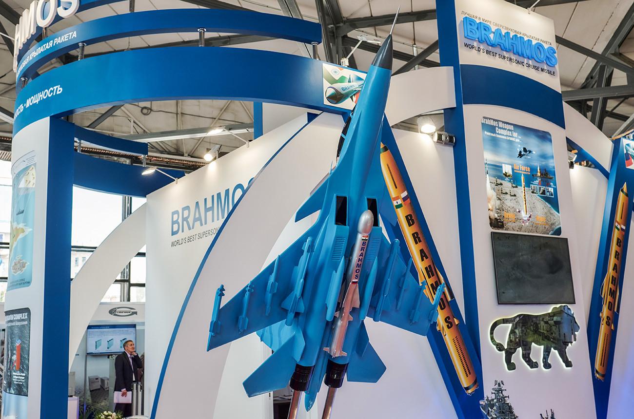 """Штанд заједничког руско-индијског предузећа """"БраМос"""" на међународној војно-поморској изложби у Санкт Петербургу."""