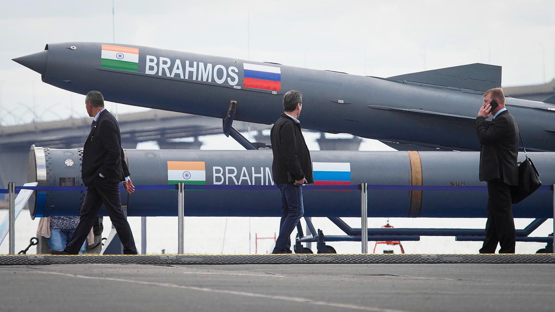"""Посетиоци пролазе испред индијске противбродске ракете """"Брамос"""" на Међународној морнаричкој изложби у Санкт Петербургу, Русија, четвртак 11. јул 2019."""