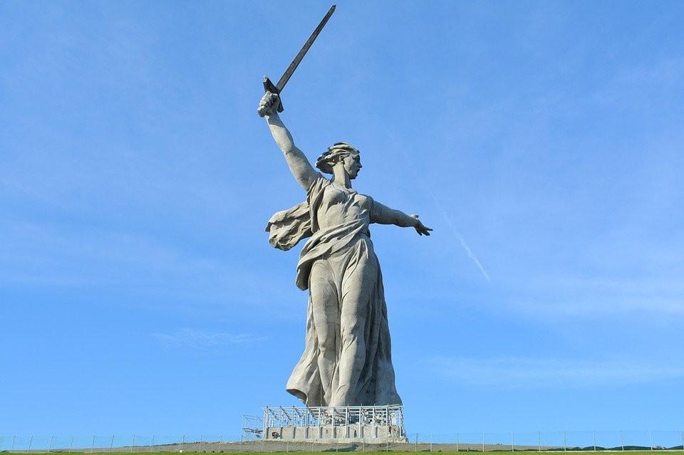 Patung Ibu Pertiwi Memanggil di Volgograd. Inilah patung tertinggi di Eropa dan monumen peringatan Perang Dunia II paling terkenal di Rusia.