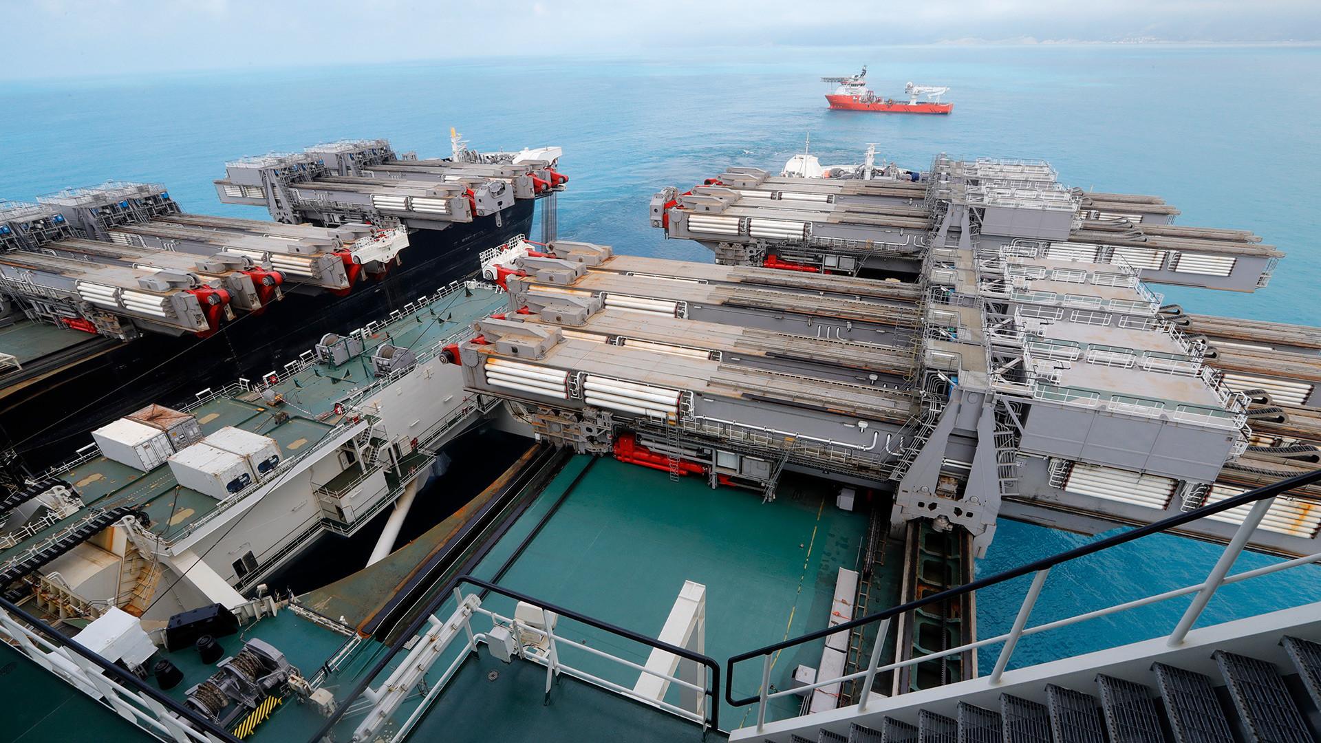 Краснодарски крај, 23 јуни 2017 година. На бродот Pioneering Spirit, за поставување гасоводни цевки на голема длабочина, кој треба да ја спои длабинската и плитката делница на гасоводот Турски тек во Црното море, 50 километри од Анапа.