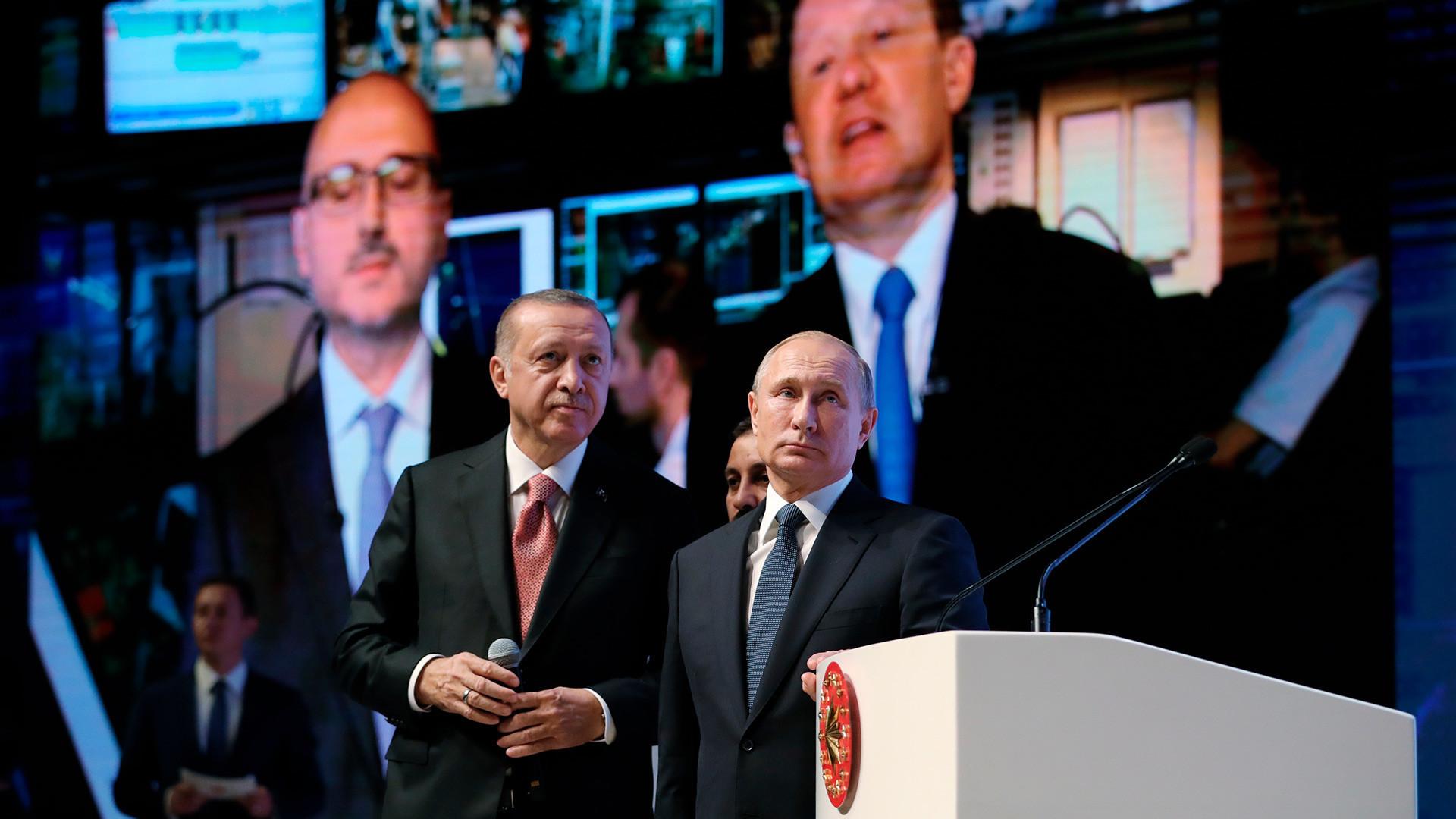 Претседателот на Русија Владимир Путин и претседателот на Турција Реџеп Таип Ердоган на церемонијата на завршувањето на поморската делница на гасоводот Турски тек. Во заднината е Алексеј Милер, шеф на компанијата Гаспром.