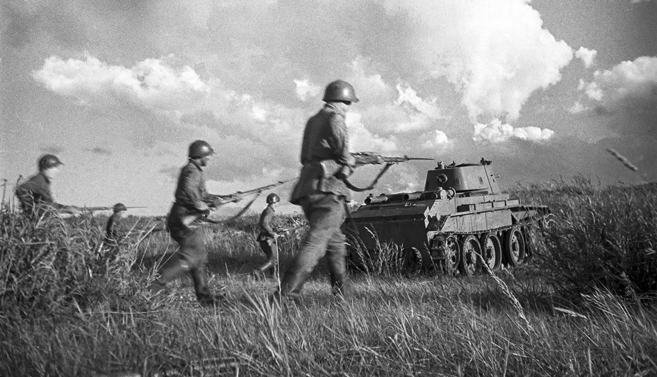 Советские бойцы под прикрытием танков идут в бой в районе реки Халхин-Гол.