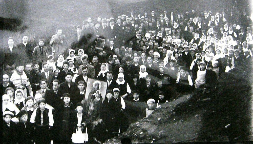 Селаните се враќаат по фаќање на крстот на верскиот празник Водици, во село Брусник, 1916 година. Фотографија на браќата Манаки.