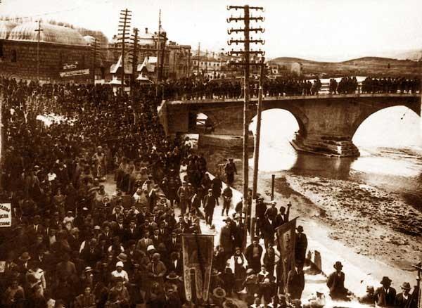 Прослава на Водици во близина на Камениот мост во Скопје, на почетокот на 20 век.