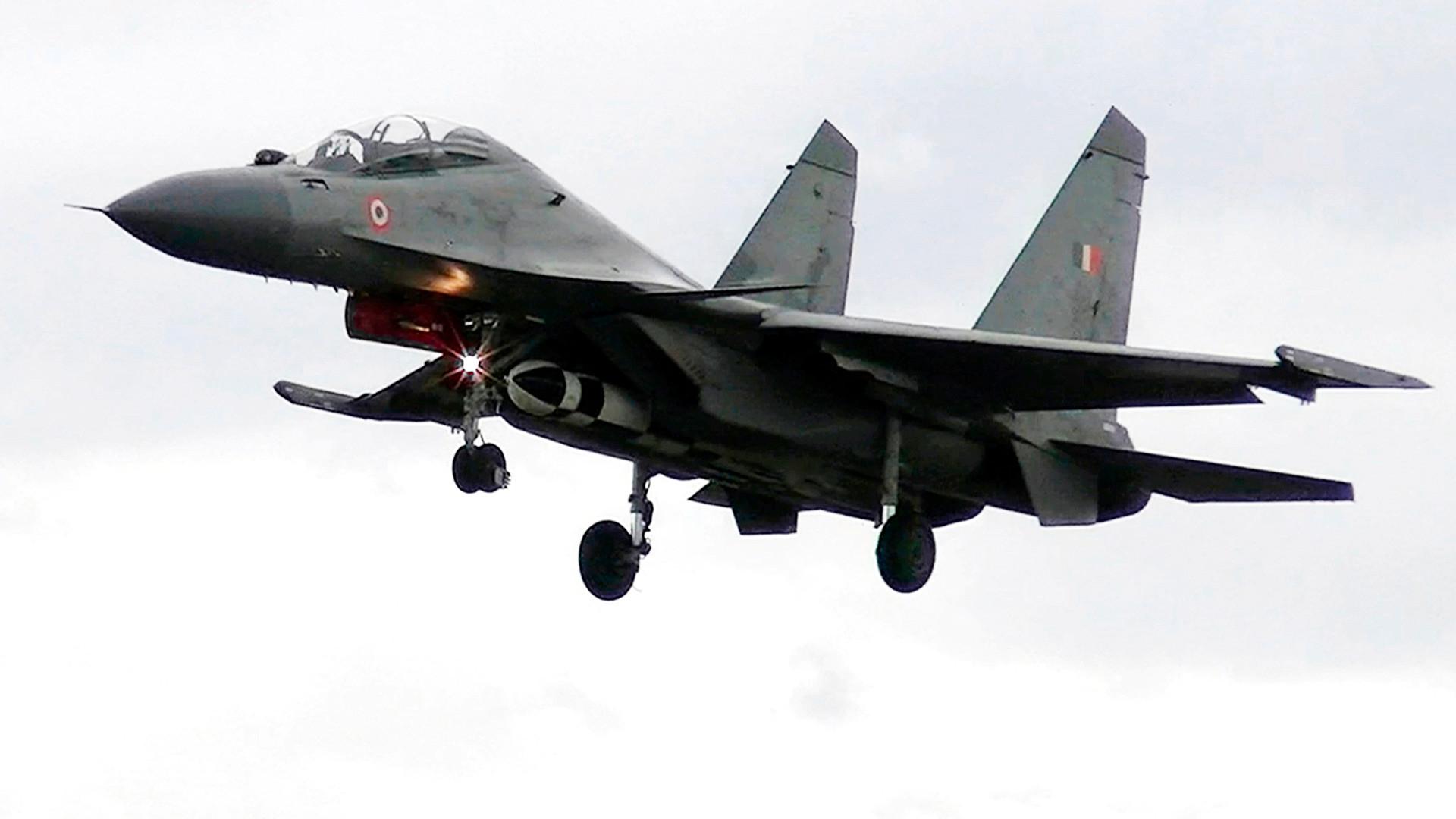 Esta foto publicada por la Fuerza Aérea de la India en mayo de 2019, muestra un caza ruso Su-30MKI que lleva un misil de crucero aire-tierra BrahMos.