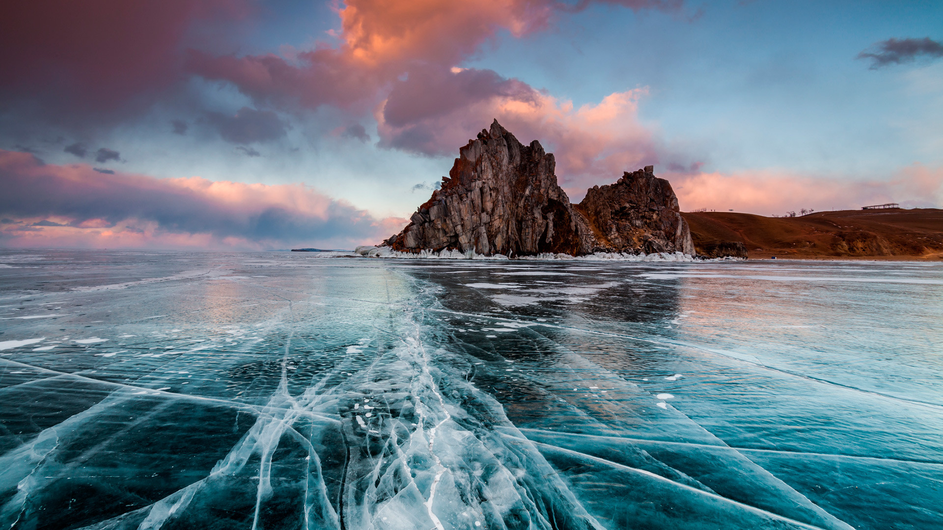 Matahari terbenam di atas Danau Baikal yang membeku.