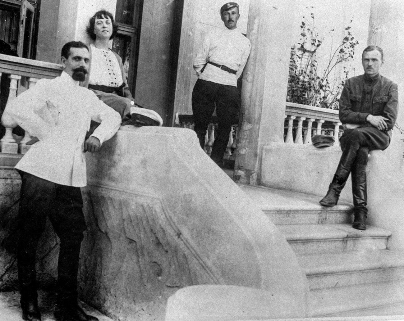 Alexandra Kollontai (die zweite von links) und ihr Mann Pawel Dybenko (links)