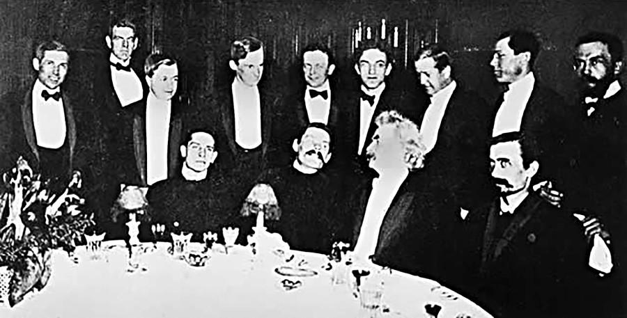 Ručak s Markom Twainom. S lijeve strane Maksima Gorkog je Zinovij Peškov.