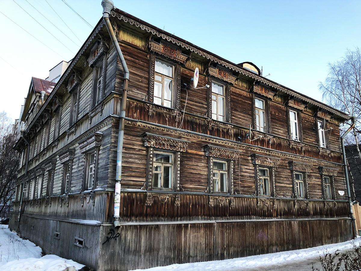 Ein Gebäude aus dem frühen 20. Jahrhundert in der Tschumbarowa-Lutschinskogo-Straße in Archangelsk