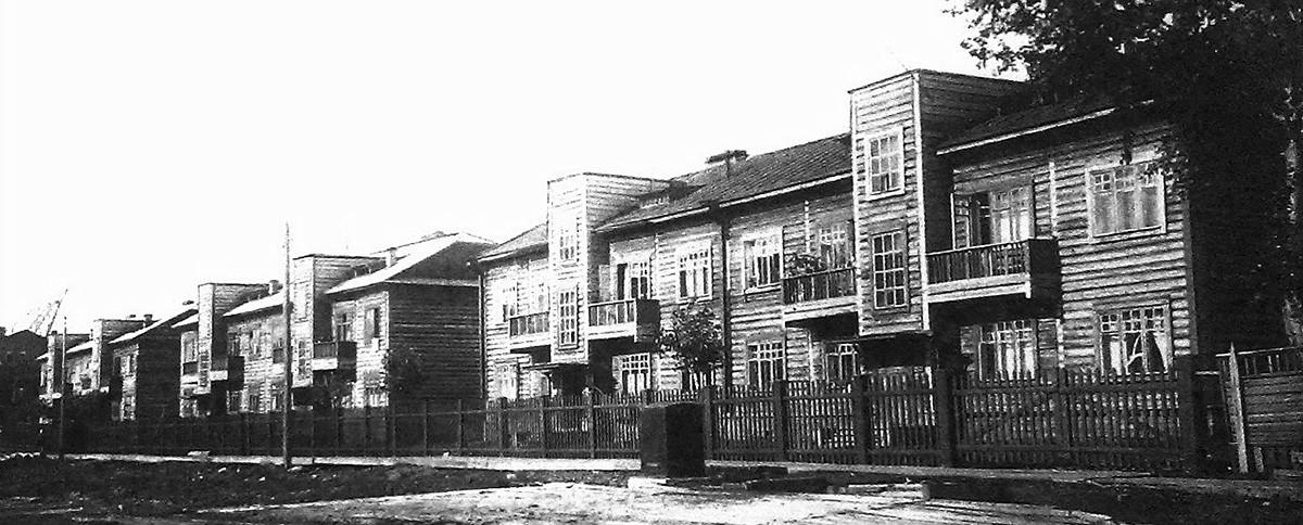 Konstruktivistische Holzbauten in den 1930er Jahren. Sie dienten als Unterkünfte für die Professoren der örtlichen Universität in der Sewerodwinskaja-Straße 3-7.