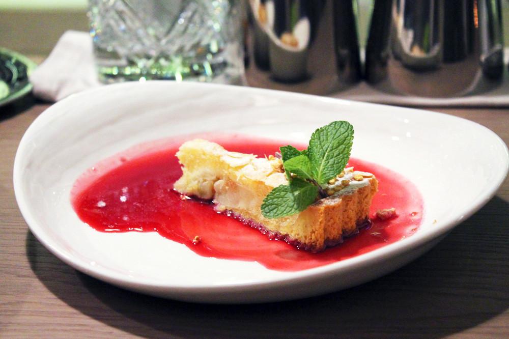 Šarlota v želeju iz ribeza. Glavni kuhar restavracije Drinks & Dinners Evgenij Mihajlov je poustvaril jed iz začetka 19. stoletja.