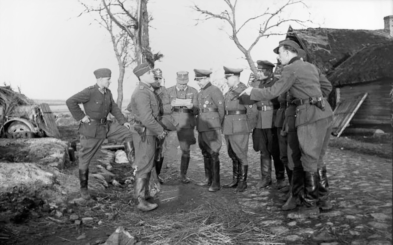 Bronislav Kaminsky surrounded by German and RONA officers.