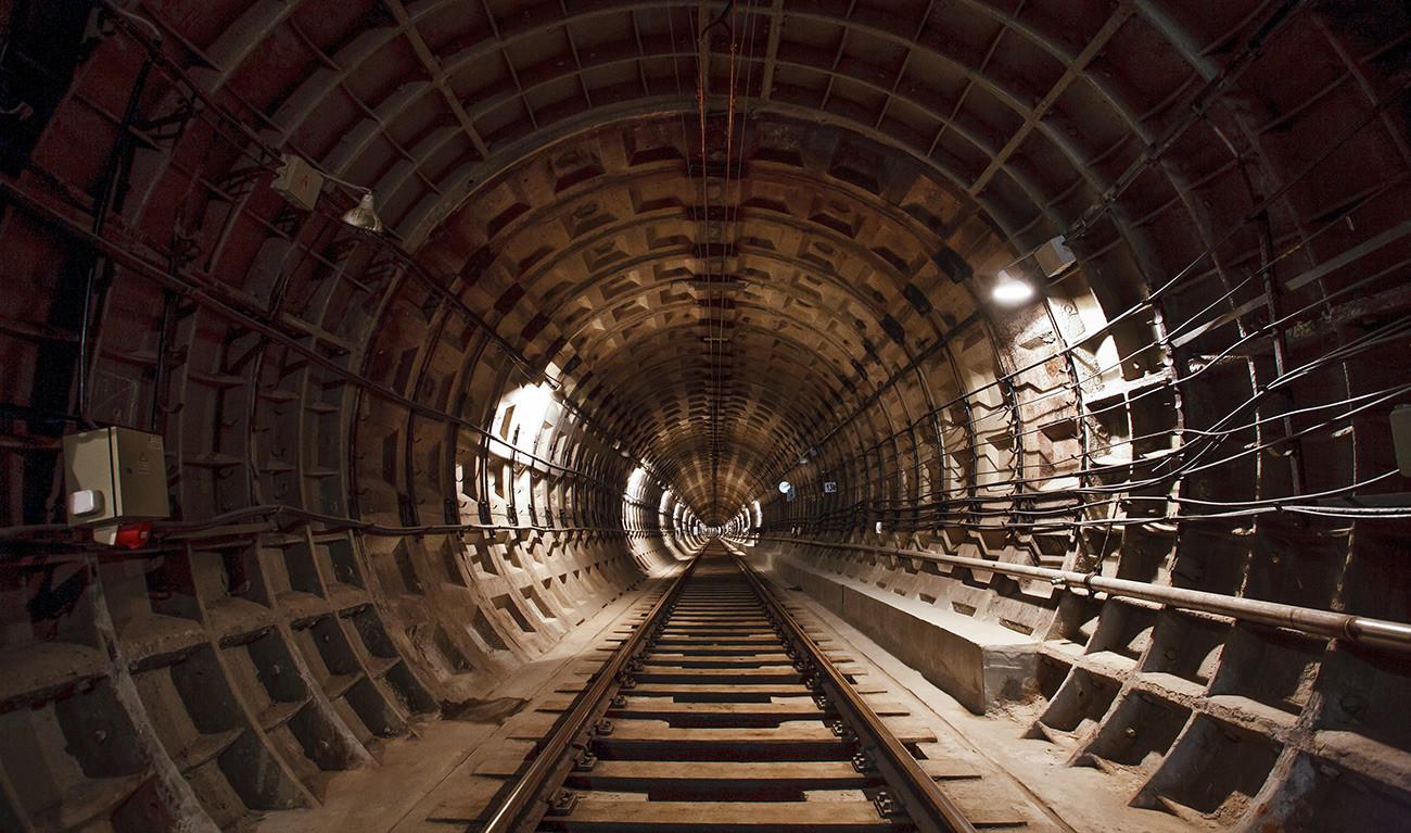 Seperti inilah terowongan ukuran sempit Metro-2  terlihat (gambar menunjukkan terowongan trem bawah tanah Volgograd)