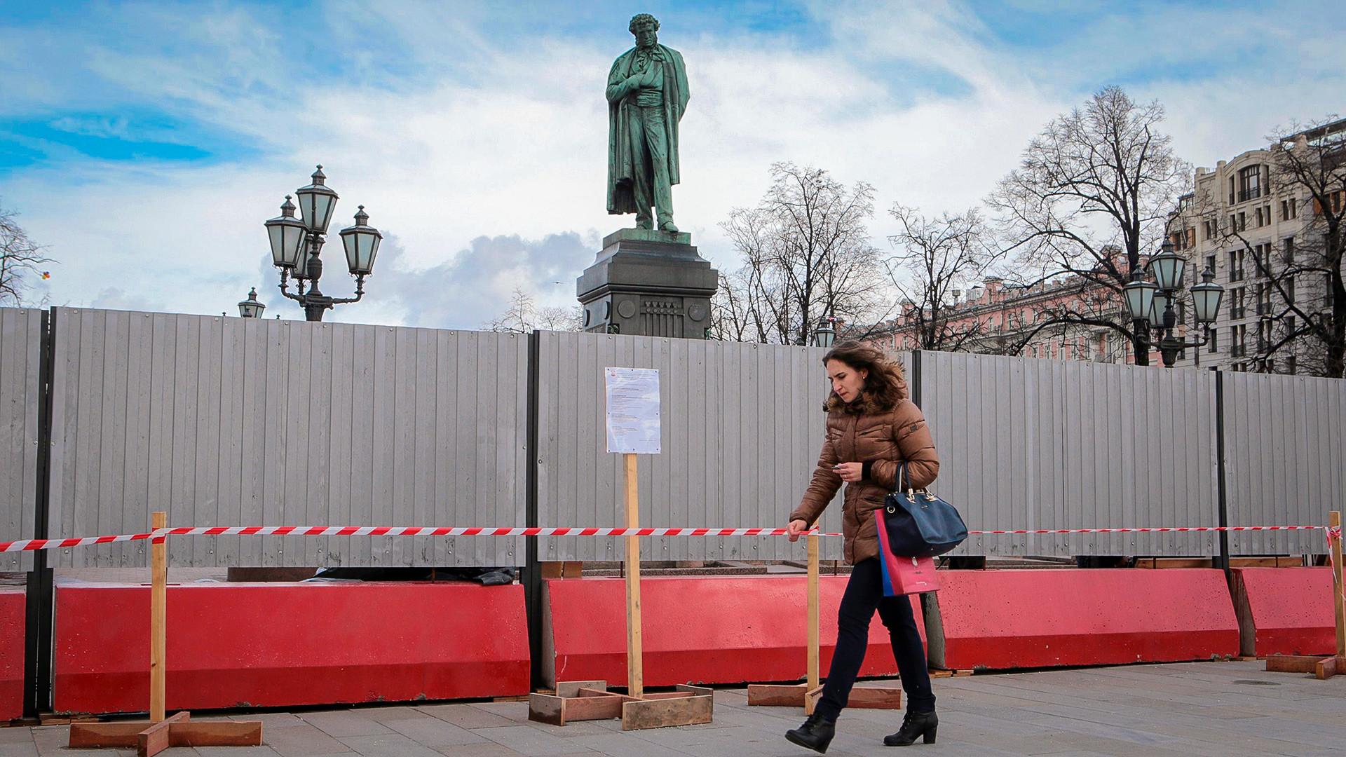 Clôture en prévision de la restauration du monument à Alexandre Pouchkine dans le centre de Moscou