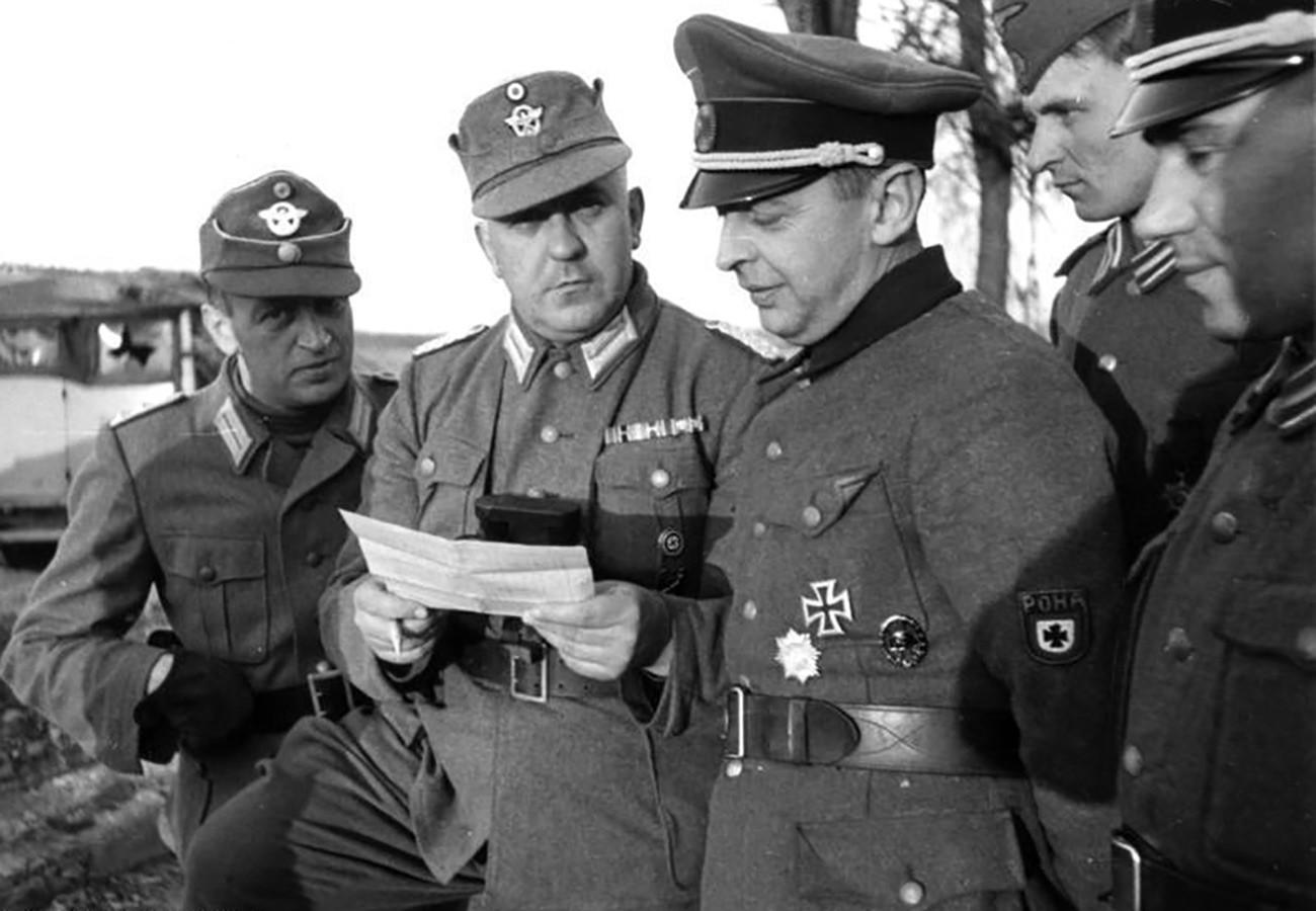 Bronislaw Kaminski mit den Offizieren der deutschen Polizei (links) und den RONA-Soldaten (rechts)