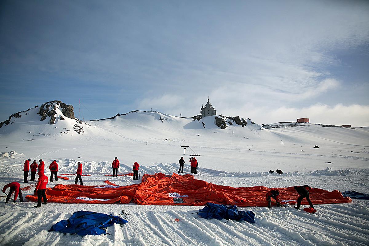 Руската станция на о. Кинг Джордж на Южните Шетландски острови, мястото на първата среща на върха на предприемачите в Антарктида, събитие, организирано от Руския клуб на лидерите за насърчаване на бизнес инициативите, на което присъстват около 100 руски бизнесмени. 2 декември 2016 г.